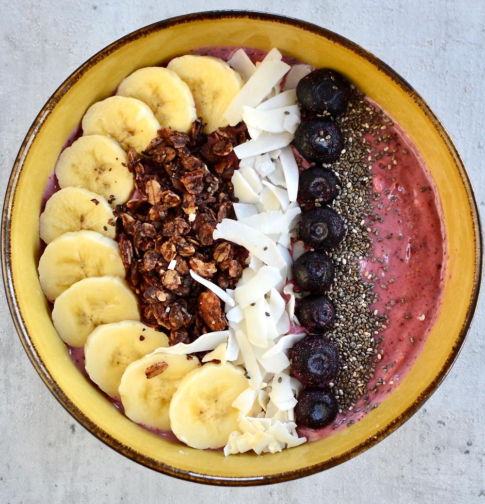 Smoothiebowl met blauwe bessen en mango