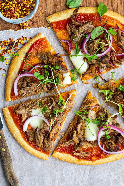 Pizza met pulled pork maken