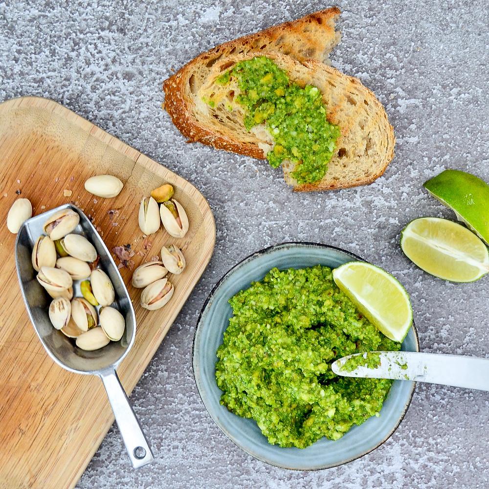 Pesto met pistache en het radijsbladeren