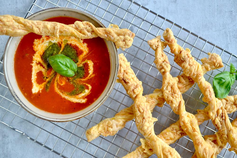 Tomatensoep met geroosterde paprika met kaasstengels