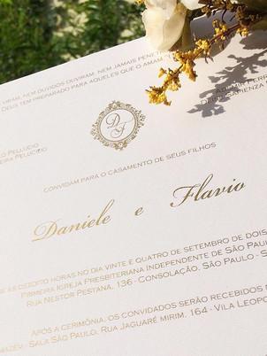 Convite casamento com impressão dourada