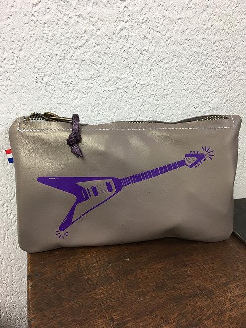 Pochette cuir gris flocage guitare violette