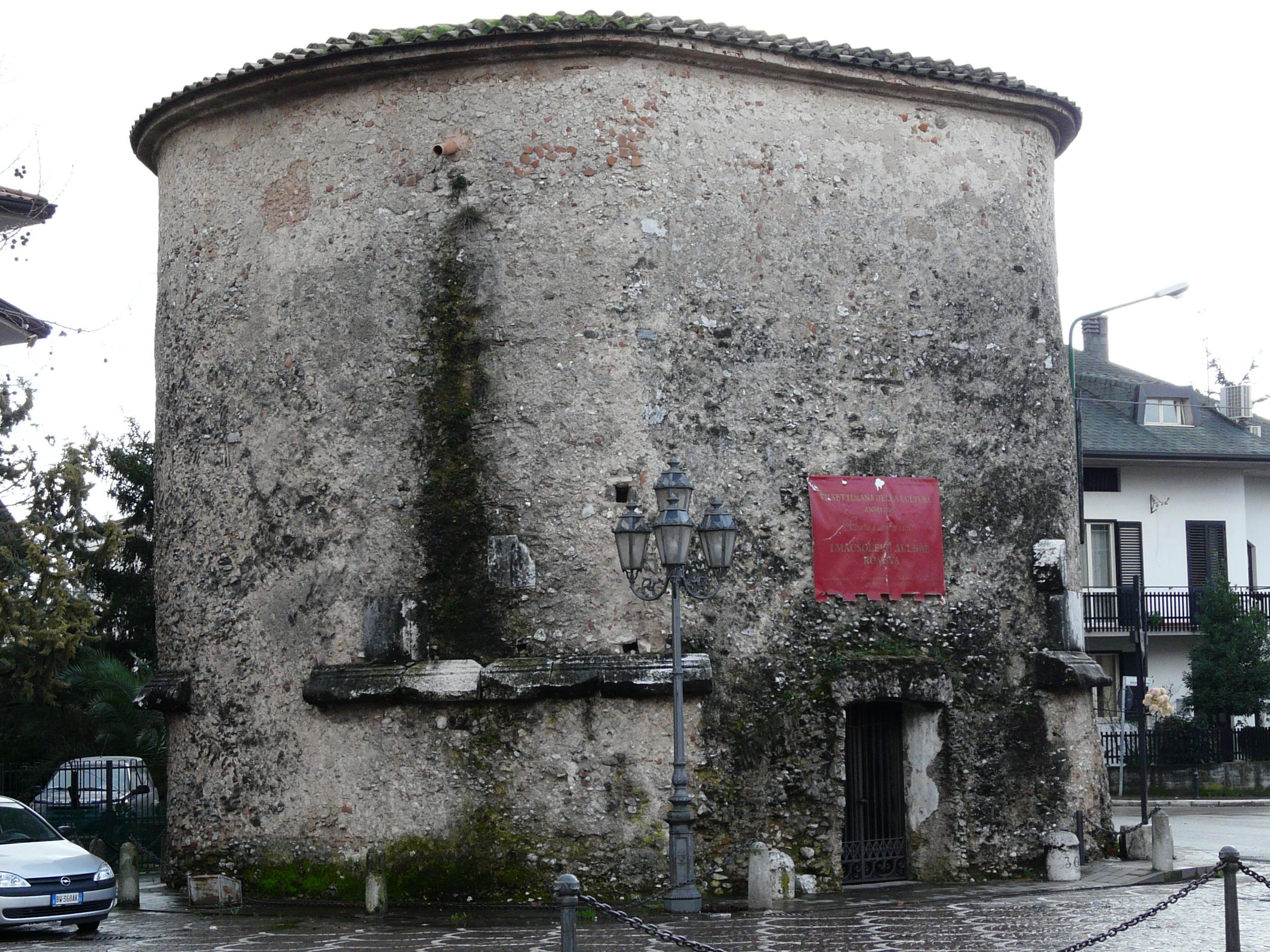 Mausoleo degli Acilii Glabriones - 09.02.03 (6).JPG