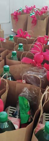 Entrega de cestas natalinas para as cria