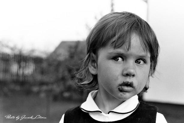 Julia patrzy z niedowierzaniem co widzi