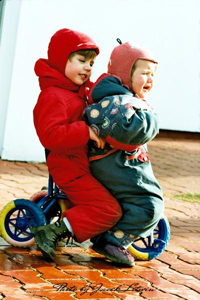 Idalia i Julia na jednym, małym, ciasnym rowerku