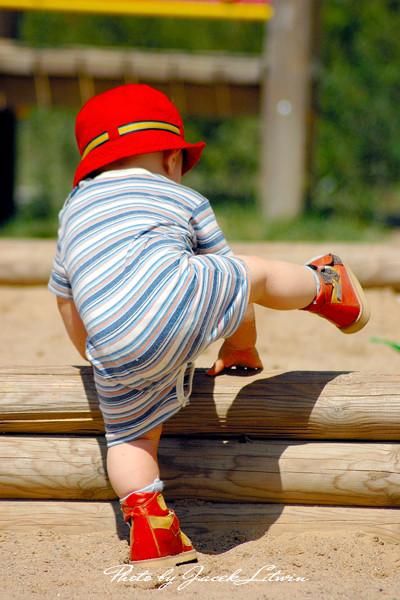 Piotruś pokonuje fortyfikacje piaskownicy