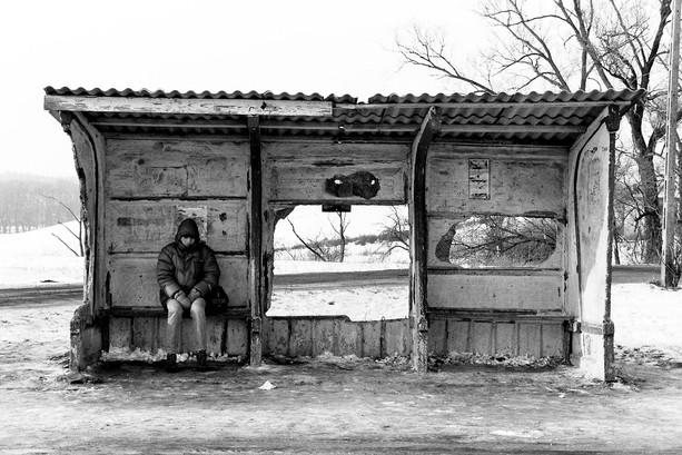 Mężczyzna na przystanku, okolice Płocka, 1995