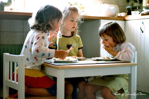 Śniadanie: od lewej Julia, Kasia i Idalka