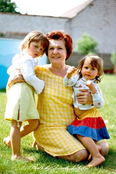 Babcia Irenka z wnuczkami: Idalką i Julią