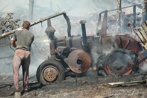 Dogaszanie zgliszczy, okolice Olsztyna, 2005