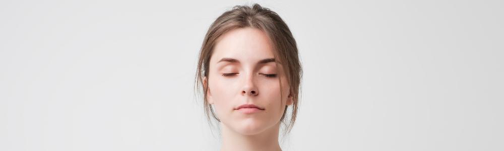 Une femme ferme les yeux sur son problème de dépendance. Déni, fuite.