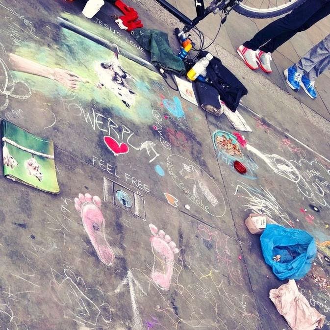 שכבות מצויירות על המדרכה בכיכר טרפלגר