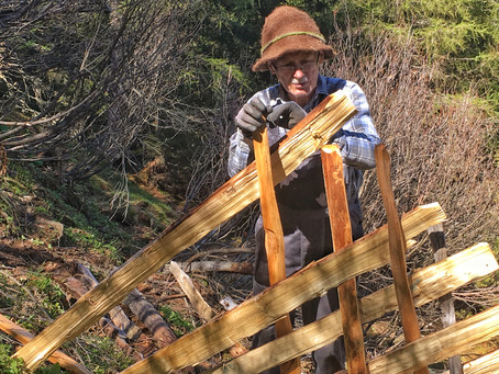 Das erste Freiwilligenprojekt der Schule der Alm: Ein Schrägezaun fürs Bergmahd Öfen
