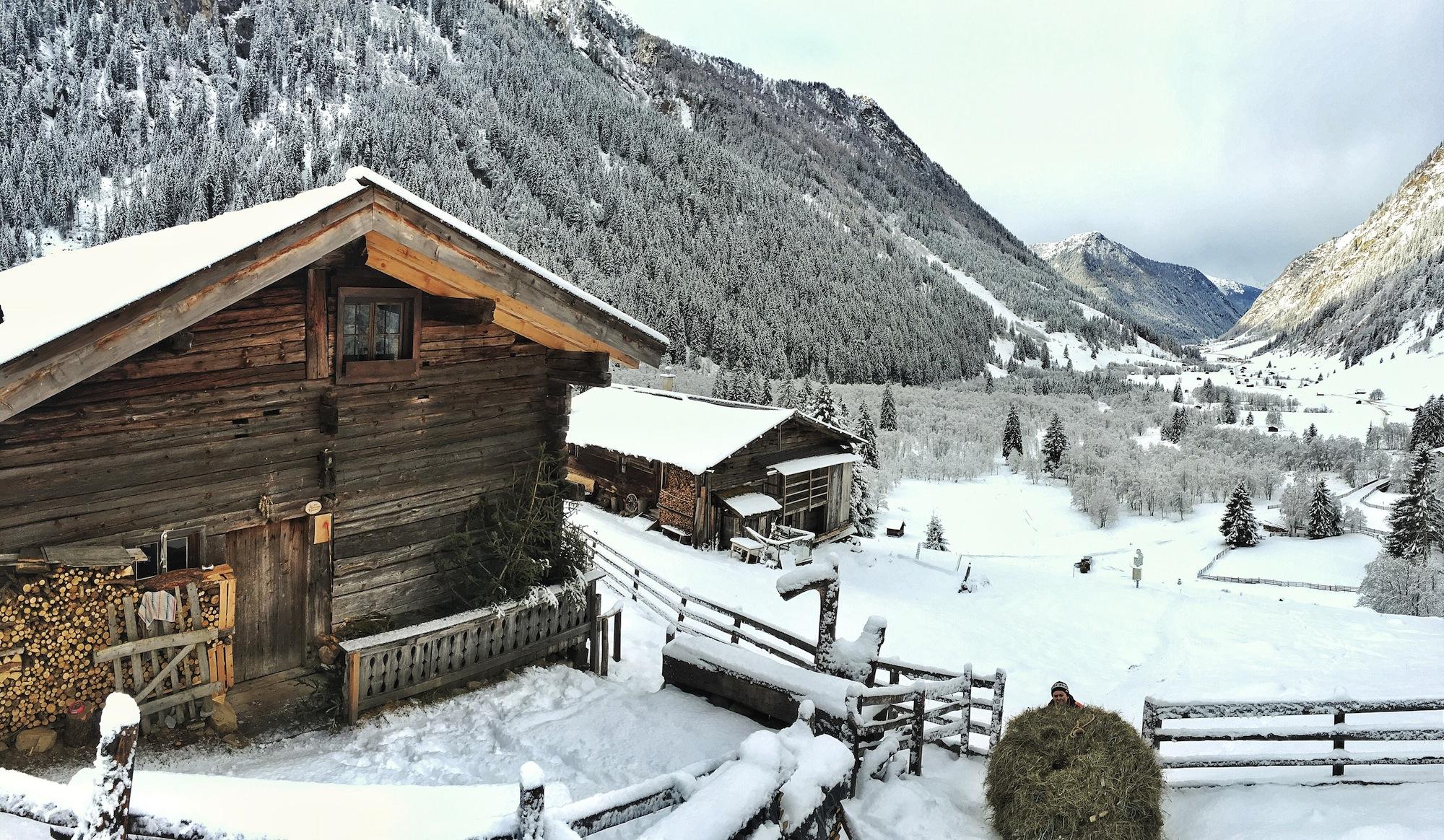 Helgas Alm im Winter beim Heuziehen