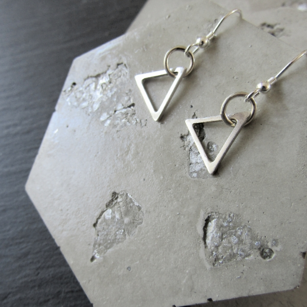 Pop Up Jewellery Ltd Based in the East End of Glasgow Pop Up Jewellery works in creating handmade sterling silver jewellery inspired by geometric shapes and the Art Deco period.