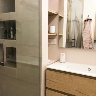 Meuble lavabo avec niches intégrées