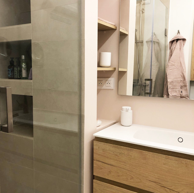 Washbasin cabinet with integrated niches