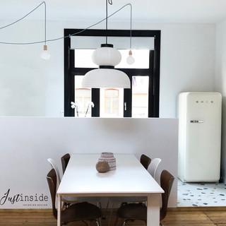 Vue de la cuisine ouverte sur salle à mager