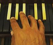 Eu tocando no teclado mudo de órgão do H