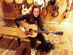 Went to guitar center to try some acoustics and this Gibson is the winning one 🙌