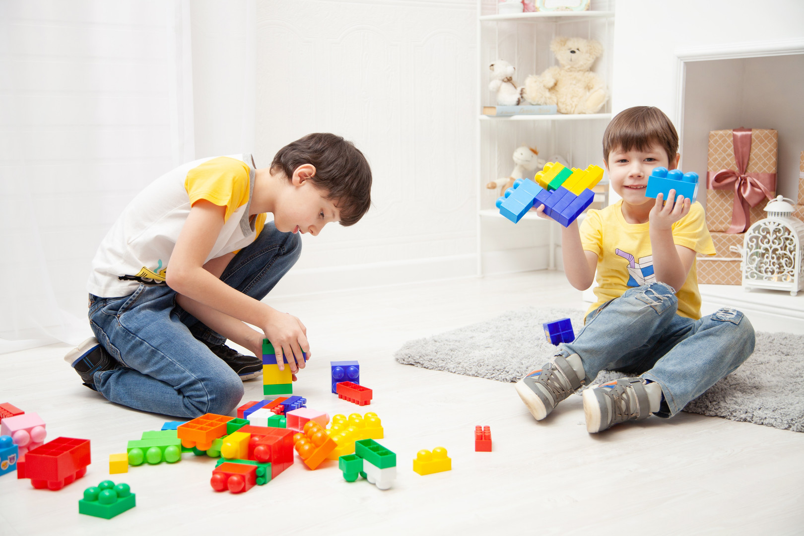 boys-playing-with-building-blocks-392816