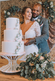 Laura and Leon cutting the cake