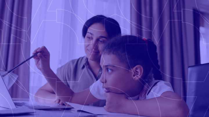 Criança estudando em casa através do computador