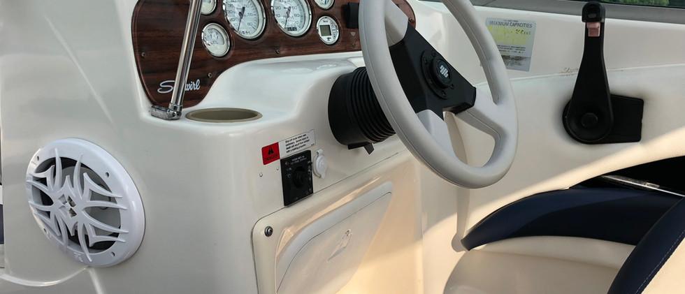 Wnętrze motorówki SeaSwirl 175