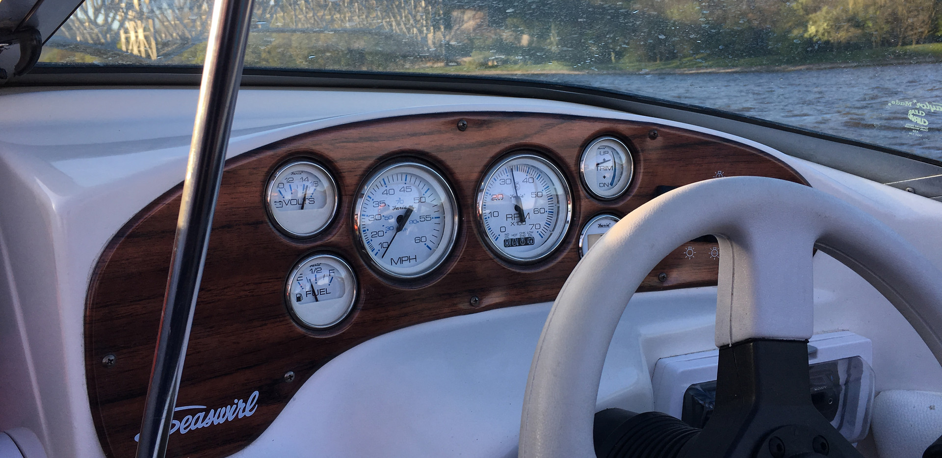 Zegary w łodzi motorowej SeaSwirl