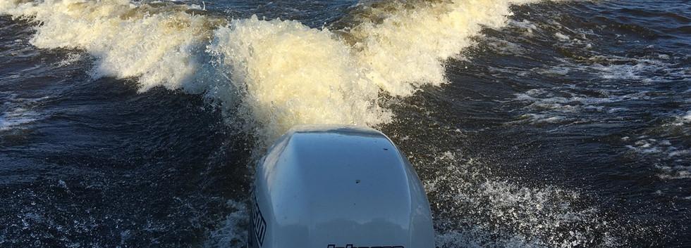 Rejsy po Wiśle na szybkiej łodzi motorowej.