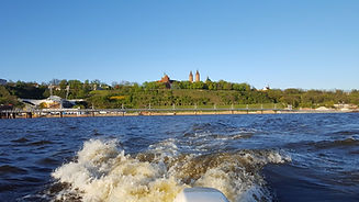 Skarpa w Płocku, widok z łodzi motorowej na Wiśle