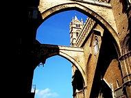 Gli archi-ponti che uniscono il corpo del Duomo alla Torre campanaria