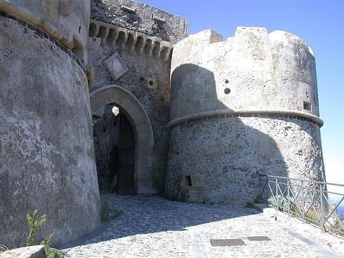 entrata del castello aragonese di milazzo