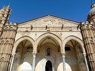 Portico meridionale a tre arcate (XV Sec.), progettato da Antonio Gambara