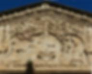 """Sul timpano rilievo raffigurante """"Dio benedicente"""", """"Annunciazione"""" e """"Angeli suonatori"""""""