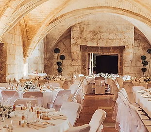 Historic Château wedding venue in the Charente boasting a magnificent banqueting hall with river views. Caters for 250 seated, 300 cocktail-style
