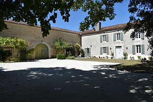 Luxury Manor House with swimming pool on the Charente/Dordogne border, perfect for intimate wedding celebrations.  Sleeps 14, caters for 40 maximum