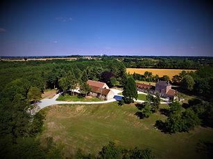 Rustic wedding venue only 1hr15 from Paris Orly, with swimming pool and large wedding party barn. Sleeps 40, caters for up to 200