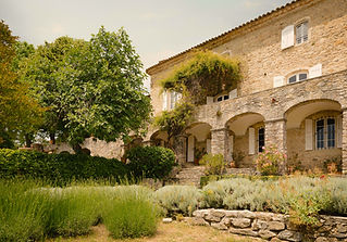 Exceptional wedding venue in the South of France with extensive grounds and swimming pool. Sleeps 32, caters for up to 140