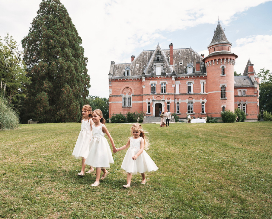 Majestic 19th century château in the South-west - flower girls arrival
