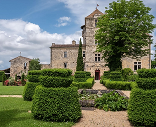 Intimate wedding venue between Toulouse and Bordeaux with stunning gardens. Sleeps 10, caters 100