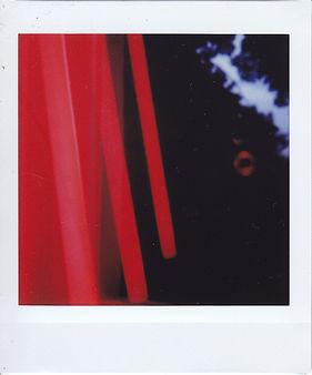 rote Leuchtstofflampe Spiegelungen