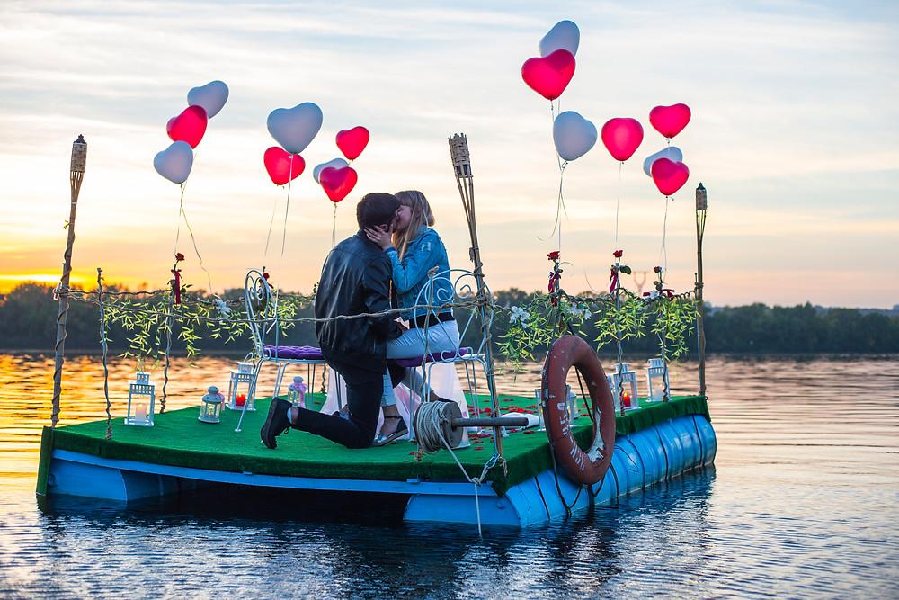 Романтика на воде на фоне заката
