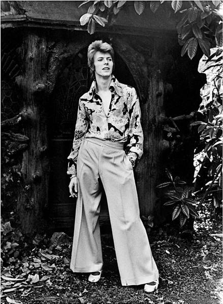 Bowie_InGardenWideTrousers1972_1620(c)Mi