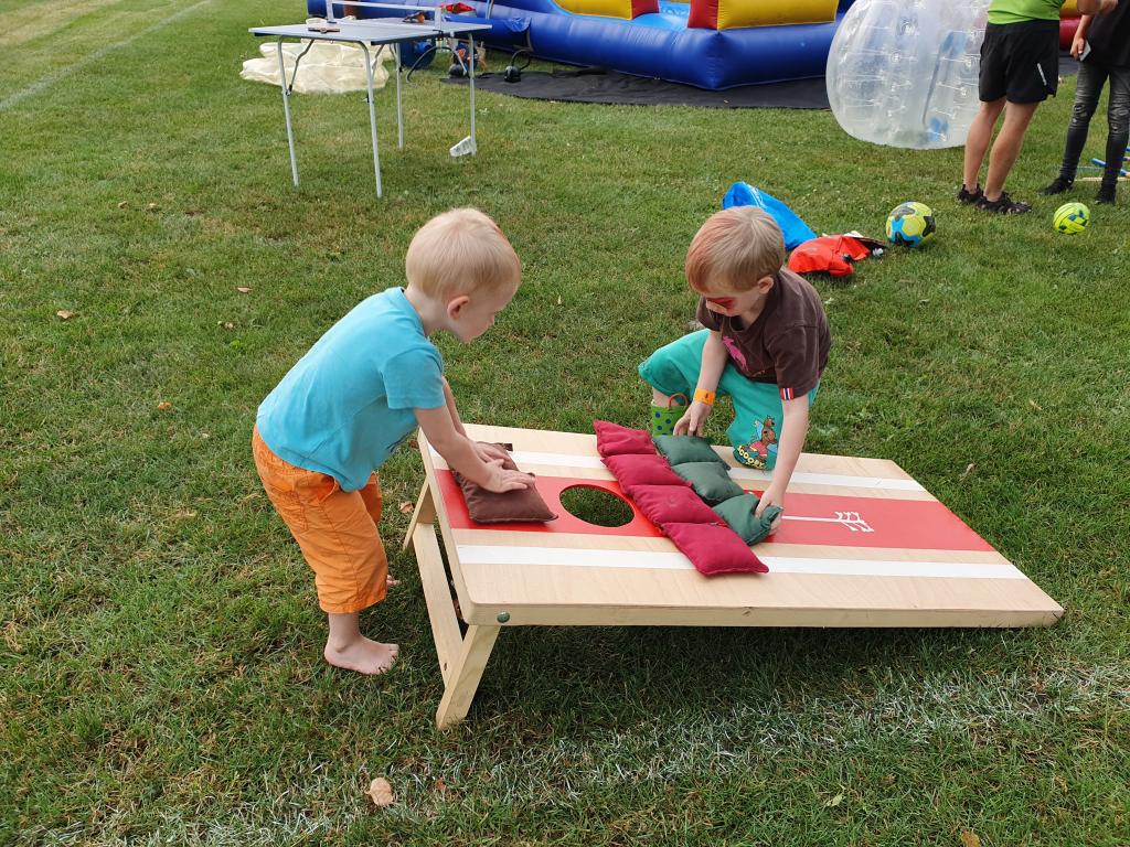 Děti si hrají s Cornhole