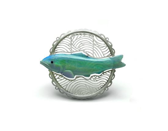 魚ブローチ_front.jpg