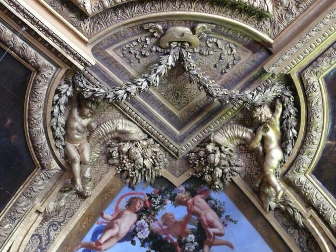 Stucs du plafond du Salon de Mercure, Château de Versailles, 2012.