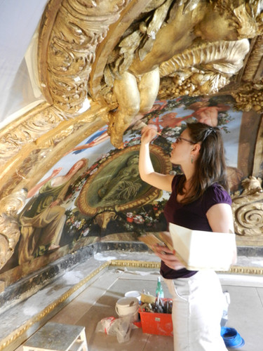 Dorure d'un putto en stuc, Salon de Mercure, Château de Versailles, 2012.
