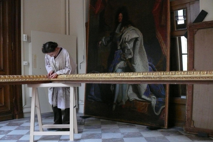Restauration du cadre du portrait de Louis XIV par Hyacinthe Rigaud, Château de Versailles, 2009.